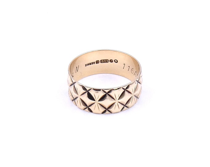 Engraved vintage gold ring, a retro gold band in 9kt gold, a wide vintage ring from the 1970's.