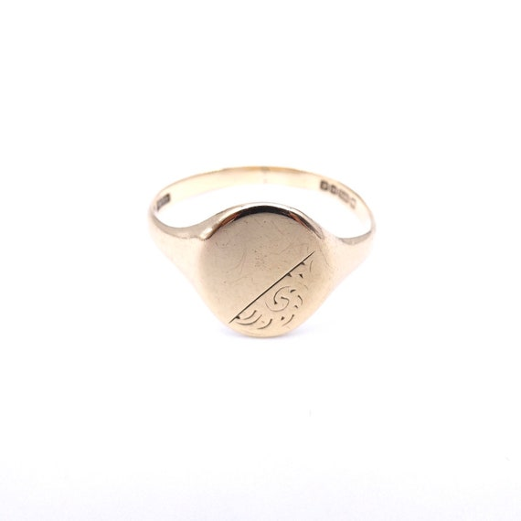 Signet ring gold, oval signet ring with engraving.