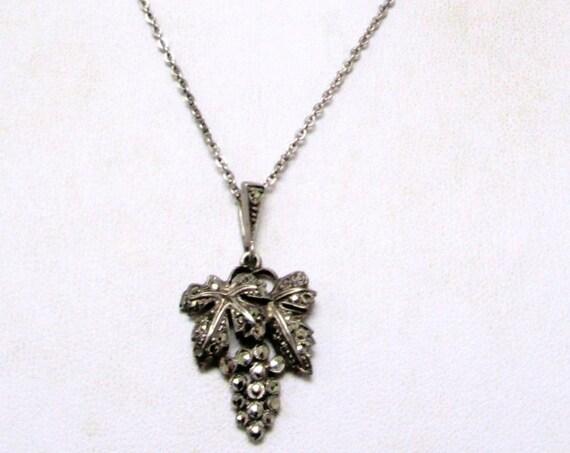 Attractive 1950s silvertone marcasite leaf pendant necklace