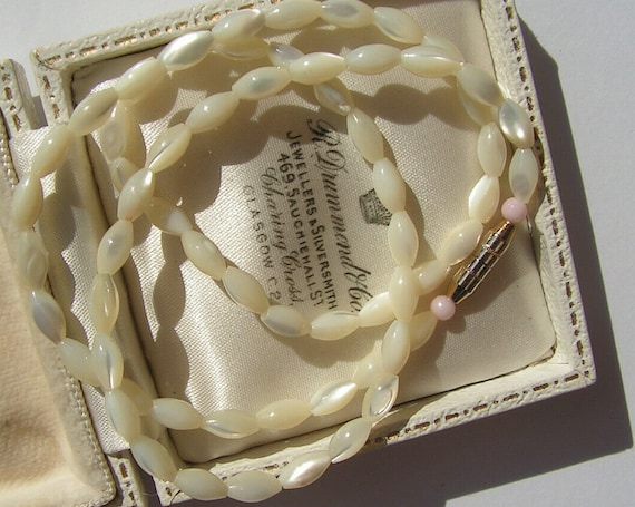 Lovely vintage  Deco mother of pearl necklace