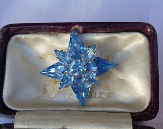 Charming vintage  Deco blue rhinestone star   brooch