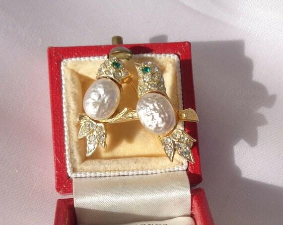 Pretty vintage baroque freshwater pearl  rhinestone lovebirds brooch
