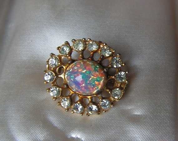 Lovely vintage Gold Tone fire opal glass rhinestone lace brooch pin