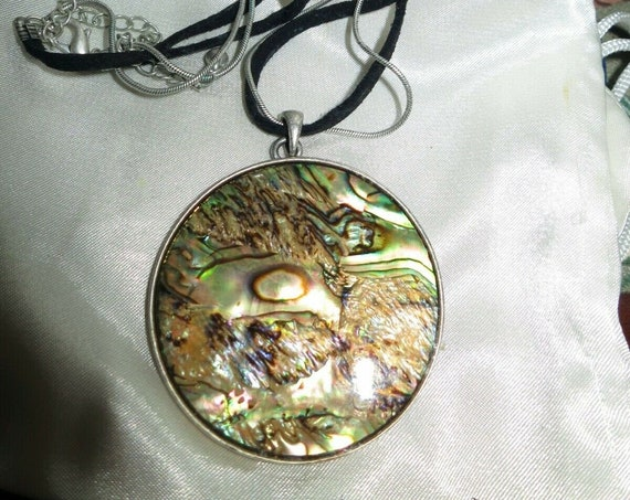 Beautiful vintage silvertone paua abalone pendant cord necklace