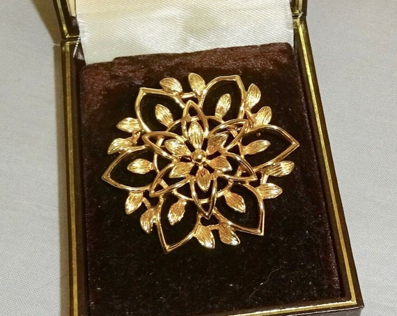 Beautiful vintage Sarah Coventry gold plated openwork floral brooch