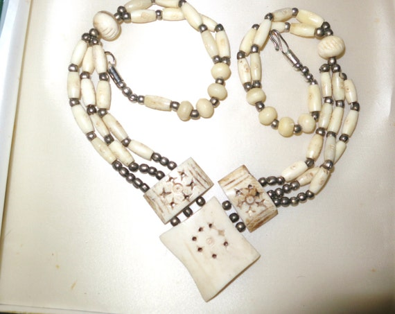 Attractive vintage 1950s handcrfted ox bone carved necklace