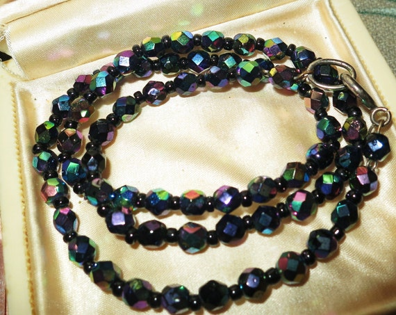 Beautiful vintage 1950s carnial glass necklace