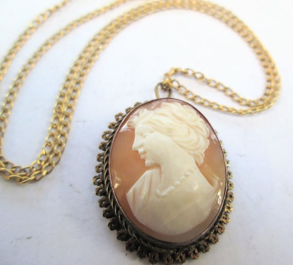 Lovely 1950s Art Deco carved shell Cameo gold metal pendant necklace