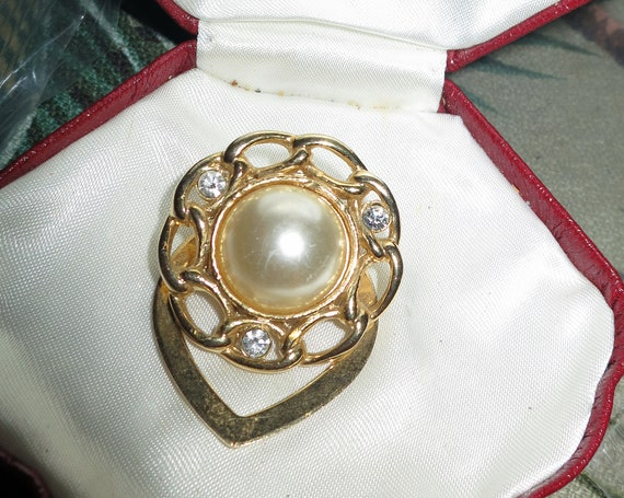 Lovely vintage goldtone fx pearl cabochon scarf clip or dress clip