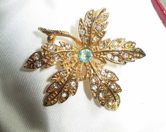 Wonderful vintage goldtone rhinestone flower brooch