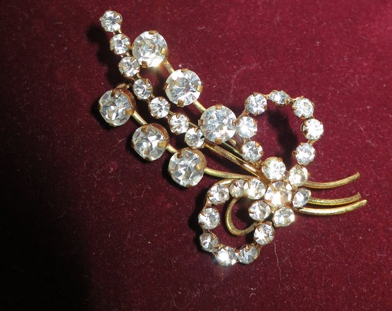 Beautiful Vintage gold metal sparkly glass diamante floral brooch