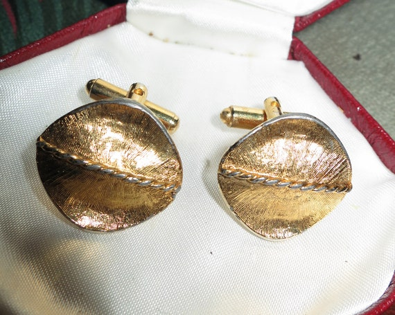 Lovely quality  vintage Goldtone Abstract Curved & Ridged Design cufflinks