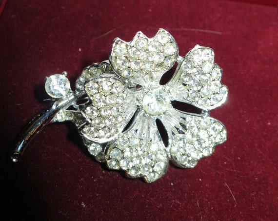 Lovely vintage large silvertone rhinestone flower brooch