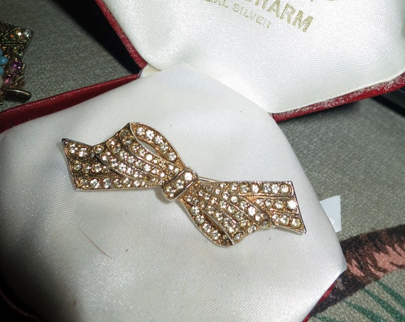 Very lovely  gold metal  rhinestone bow brooch
