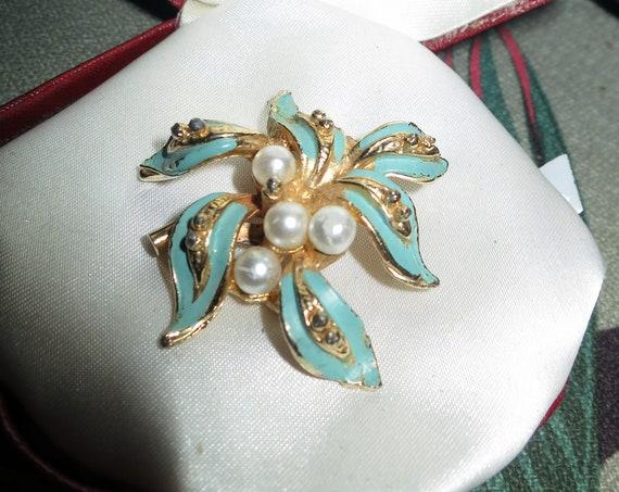 Beautiful Vintage 1950s gold metal green enamel fx pearl brooch