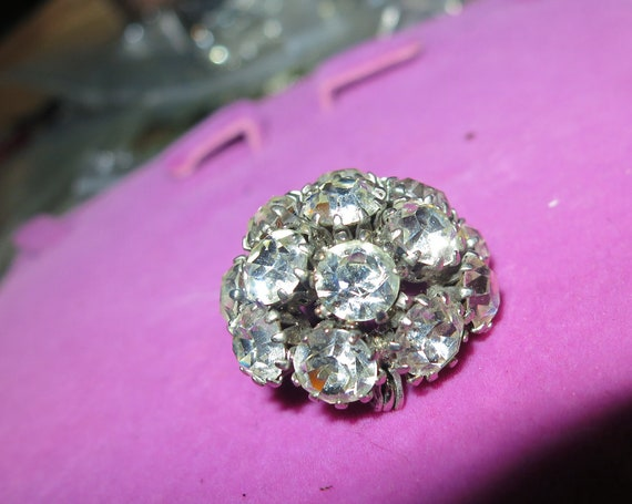 Beautiful vintage Small Silvertone Clear Crystal/Rhinestone domed brooch