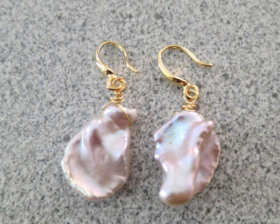 Lovely 18 ct gold filled baroque pink lilac overtone high lustre pearl drop earrings