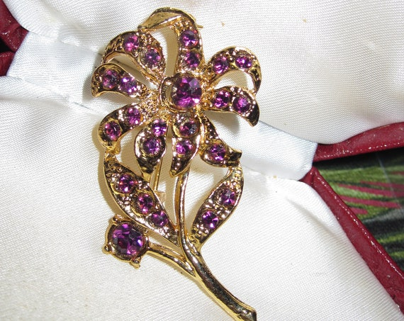 Beautiful vintage goldtone amethyst purple glass flower brooch
