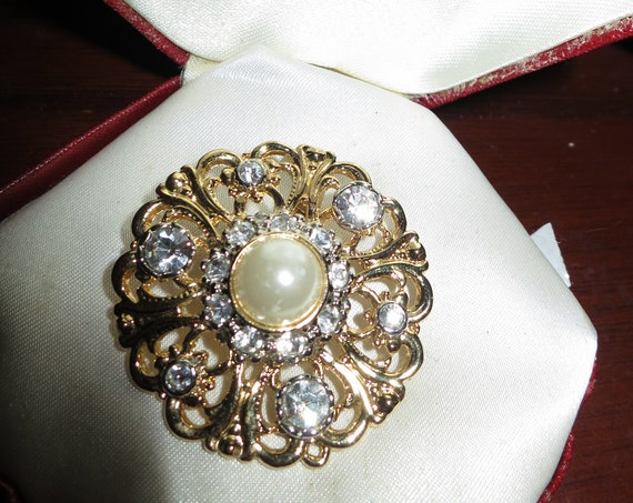Beautiful vintage goldtone sparkly glass  rhinestone fx pearl brooch