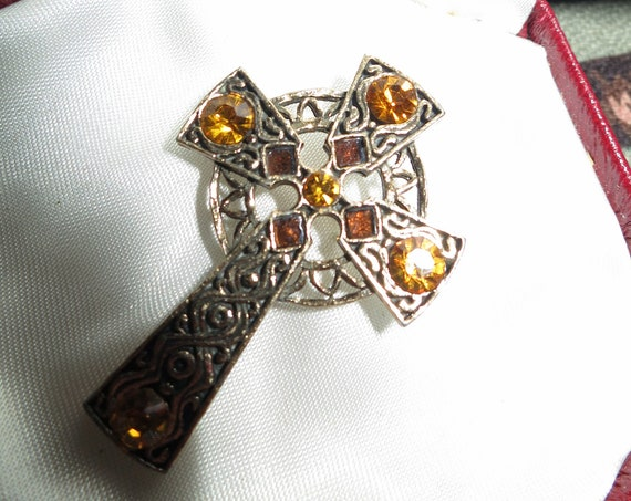 Charming Vintage goldtone Scottish Celtic amber glass brooch