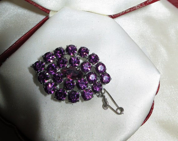 Lovely vintage silver metal amethyst purple rhinestone brooch with safety chain