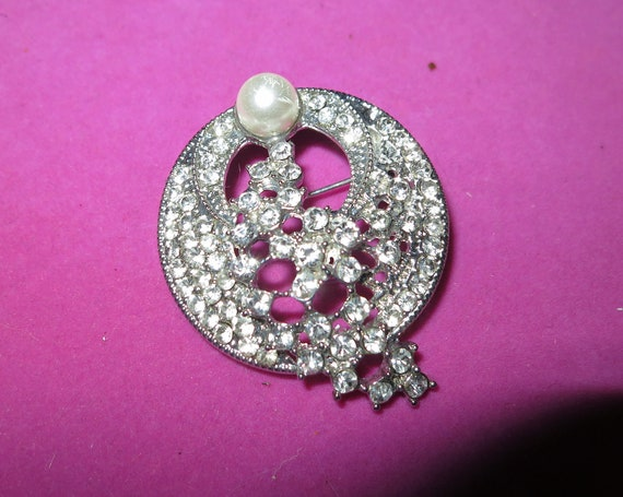 Beautiful vintage Silvertone & Clear Crystal   fx pearl galaxy brooch