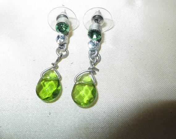 Wonderful vintage silvertone peridot glass dropper earrings