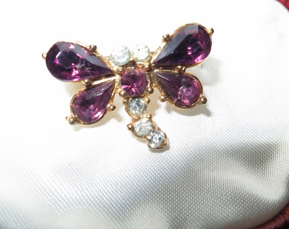 Lovely vintage goldtone purple and clear glass small dragonfly brooch