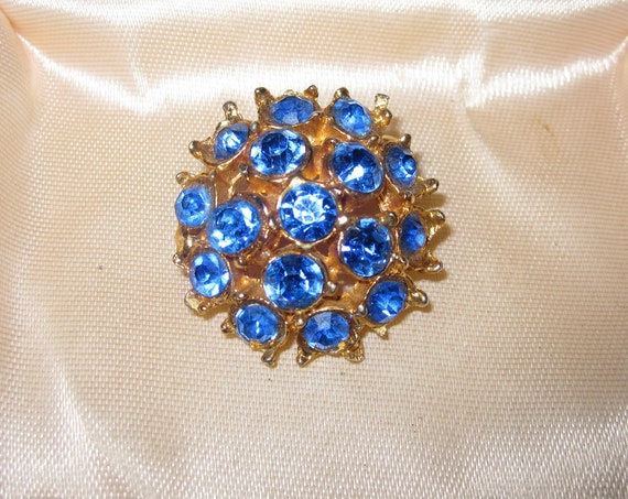 Beautiful  vintage goldtone blue glass brooch