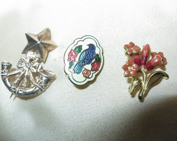 3 Pretty vintage Small brooches flower bunch, cloisonne birds
