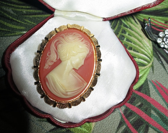 Lovely vintage carved resin cameo brooch