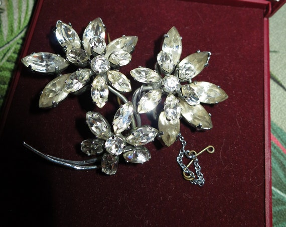 Lovely large vintage silvertone   glass Flower Spray Brooch