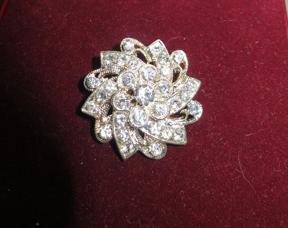 Beautiful vintage 80s silvertone glass flower brooch