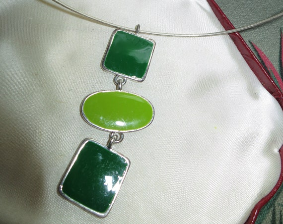 Vintage silvertone retro wire choker style green resin pendant necklace
