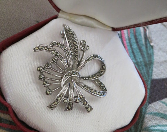 Lovely Vintage silvertone marcasite floral style brooch