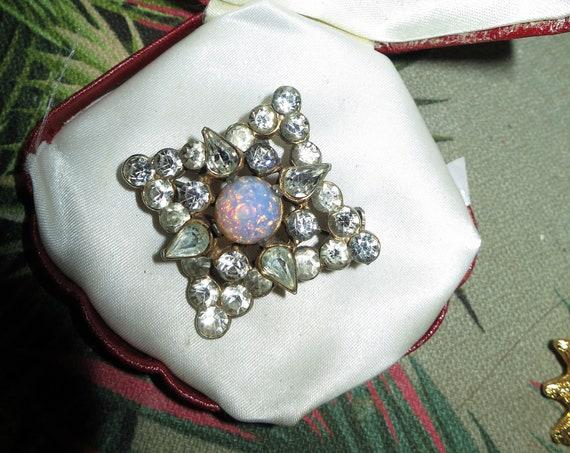 Beautiful vintage Goldtone  Rhinestone & Pink opal Glass brooch
