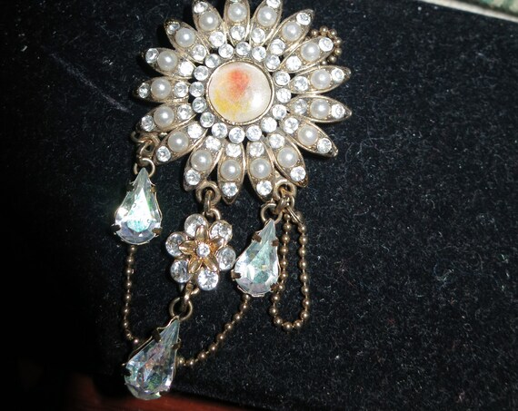 Here is a  Lovely vintage goldtone seed pearl diamante crystal dangle brooch