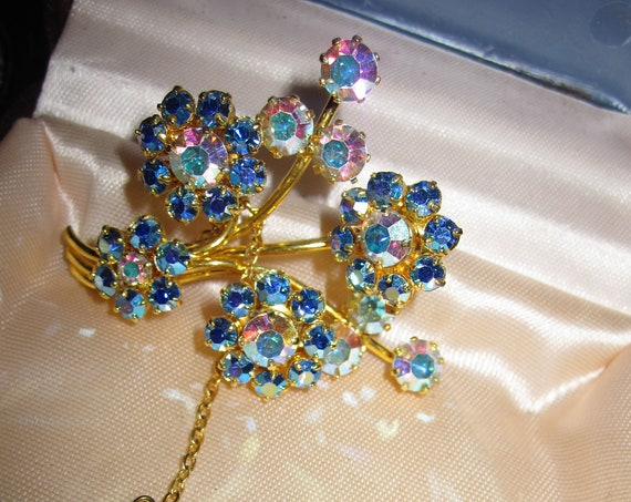 Lovely Vintage Gold Tone Sparkly Aurora Borealis Crystal Flower Brooch Safety Chain