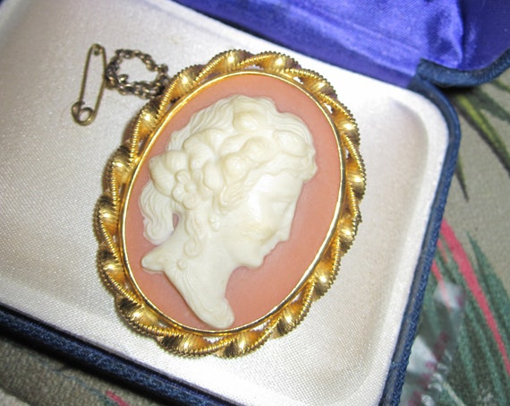Pretty Vintage Classical Lady Lucite Cameo Brooch with safety chain