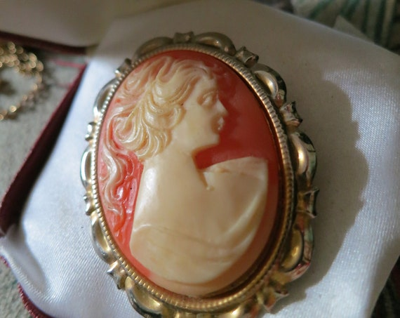 Classical Vintage goldtone large resin cameo lady brooch