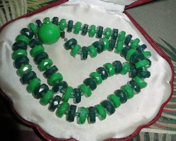Lovely vintage two tone green faceted lucite bead necklace