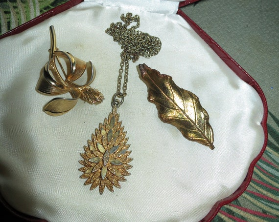 A vintage lot of 3 goldtone gold brooches and necklace