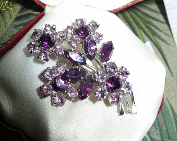 Beautiful vintage silvertone amethyst glass floral brooch