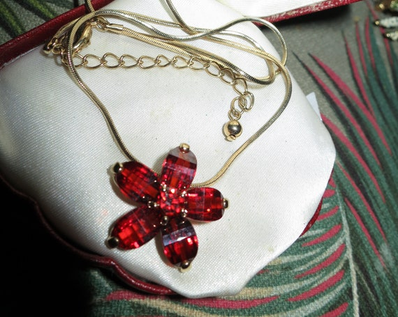 Gorgeous vintage goldtone red orange glass pendant   necklace