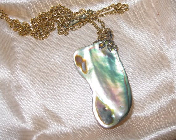 Wonderful vintage goldtone abalone paua shell pendant necklace