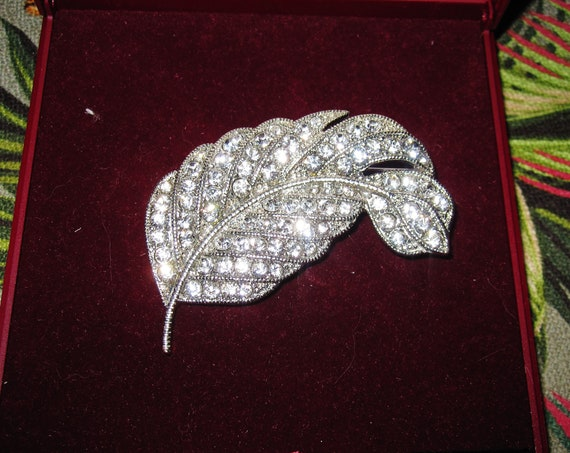 Lovely vintage Nouveau style silvertone glass diamante curled leaf brooch