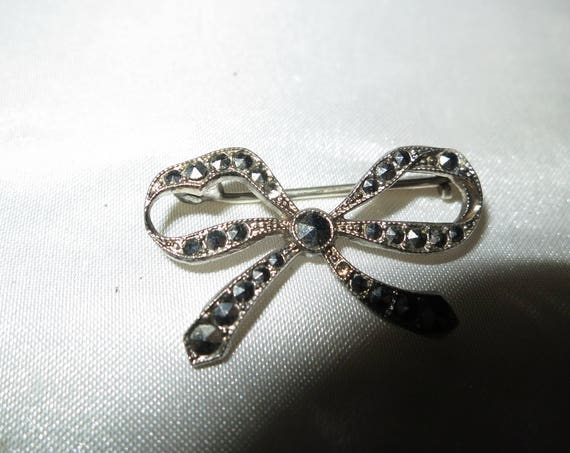 Lovely vintage silver metal Deco dainty marcasite bow brooch