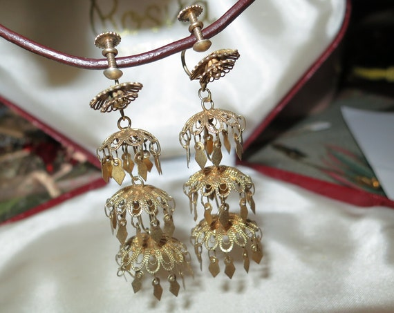 Pretty vintage goldtone filigree Deco dangle screw on earrings
