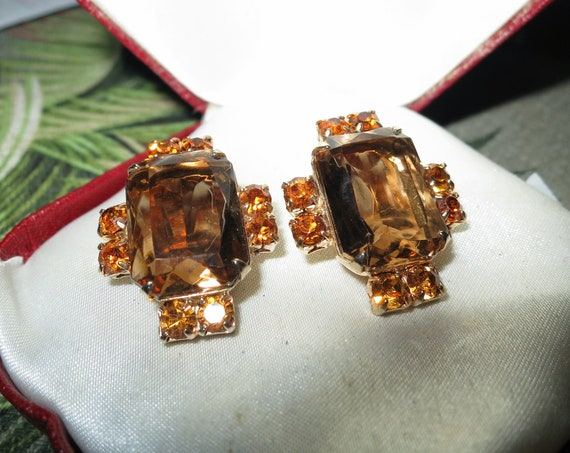 Beautiful pair of vintage goldtone amber topaz glass clip on earrings