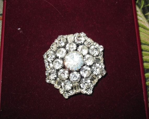 Lovely vintage Art Deco glass diamante star brooch